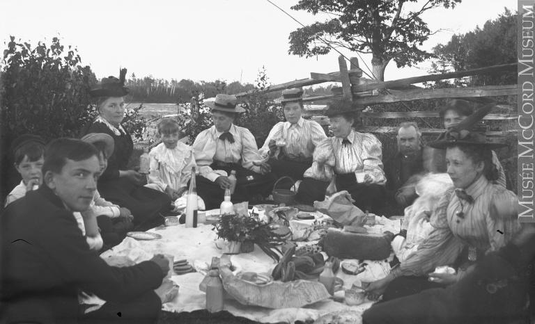La famille Millar en pique-nique, Brady's Falls, QC, vers 1900 Charles Howard Millar Vers 1900, 19e siècle ou 20e siècle Plaque sèche à la gélatine 12 x 20 cm Don de Mr. Leslie Millar MP-1974.133.127